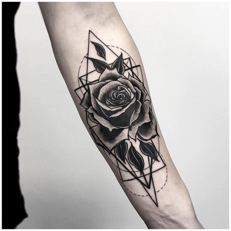 Тату роза на руке у мужчины