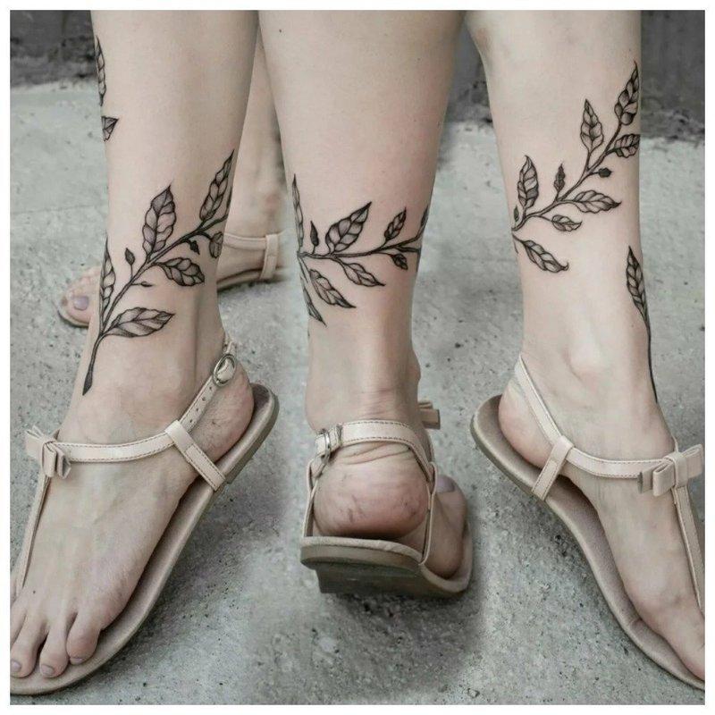 Тату с листьями вокруг ноги