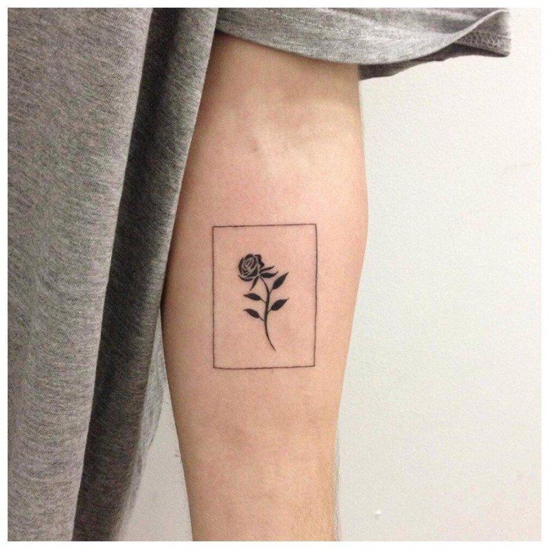 Черно-белая тату розы