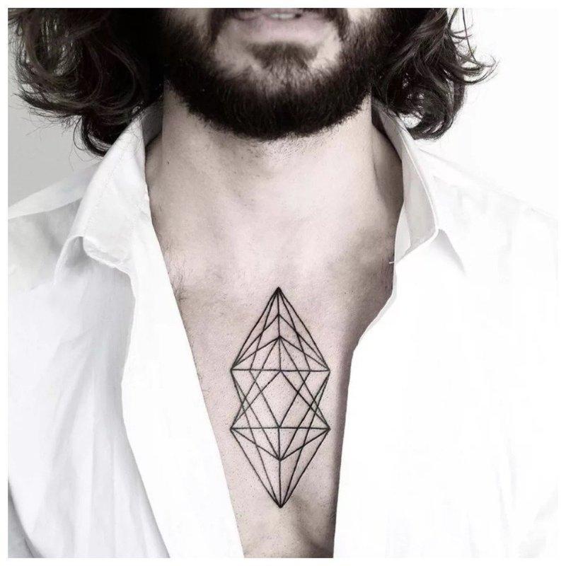 Геометрическая тату на груди