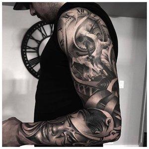 Черно-белая тату с разными элементами