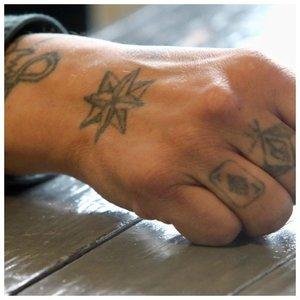 Тюремные татуировки на ладонях