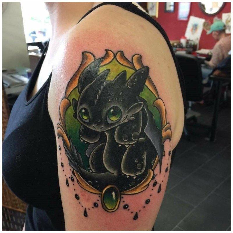 Тату беззубик дракон на плече у девушки