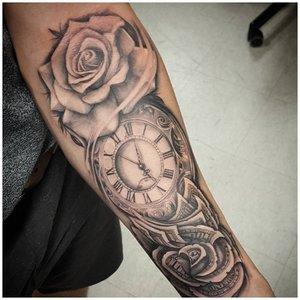 Роза и часы - тату на руке у мужчины