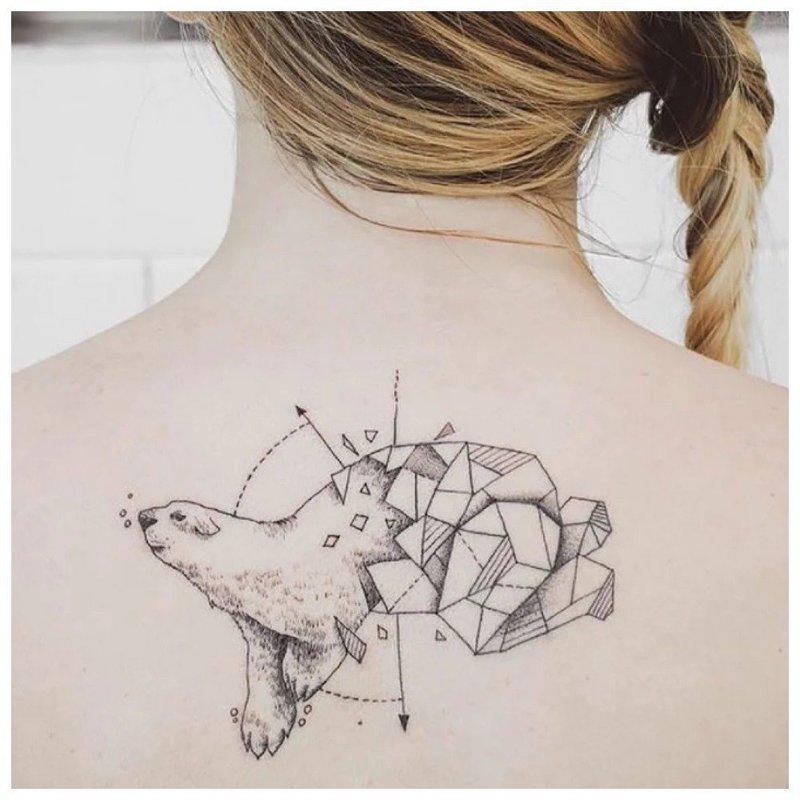 Геометрическая тату в виде медведя