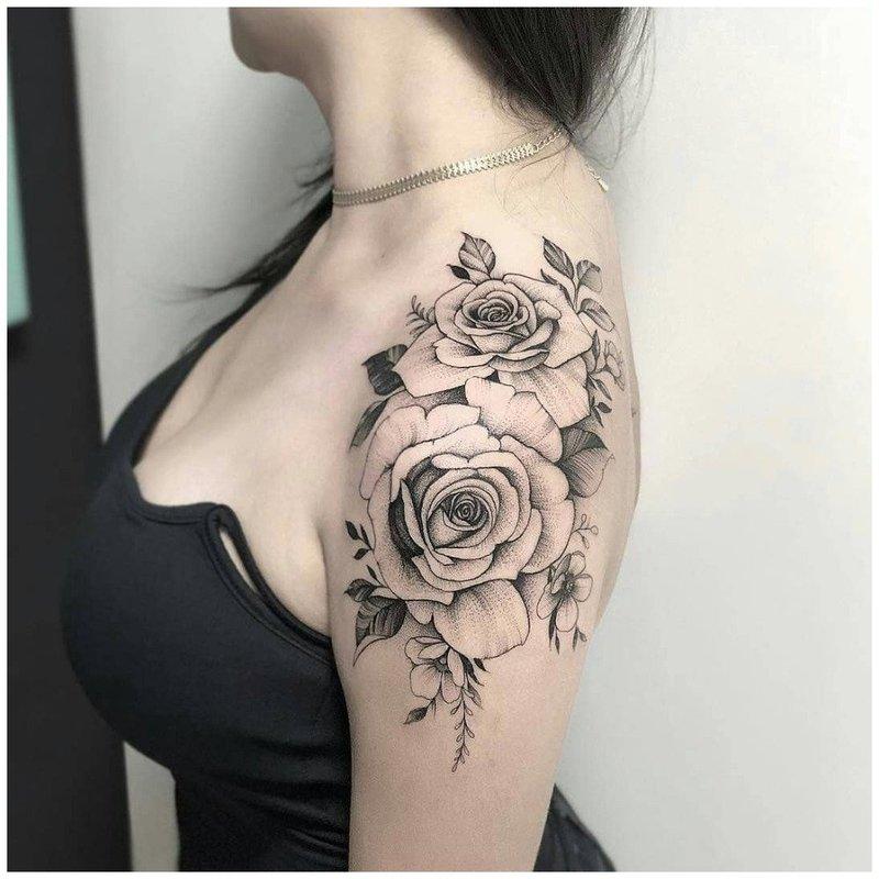 Тату роза на плече у девушки