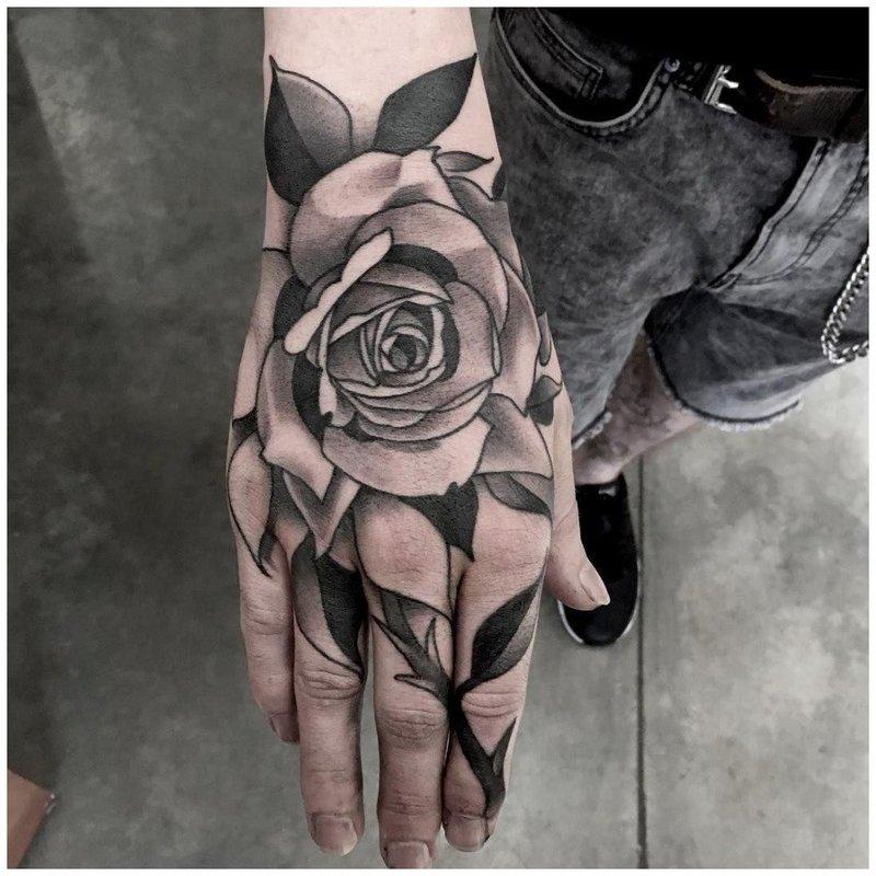 Черная роза тату на руке у мужчины