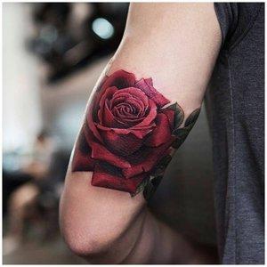 Роза тату на руке у мужчины