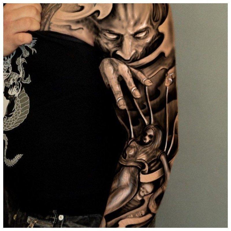 Черно-белая тату в готическом стиле