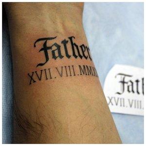 Тату-надпись с датой смерти отца