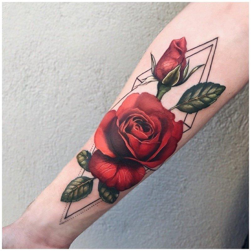 Красная роза тату на руке у мужчины