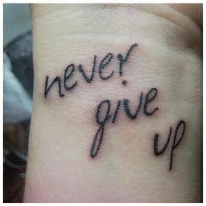 """Тату-надпись """"Никогда не сдавайся"""""""