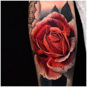 Тату красная роза у мужчины