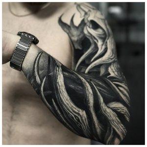Черно-белая тату с волнами