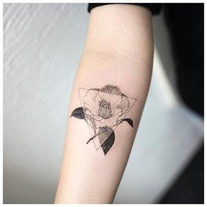 Мак в стиле минимализм на руке
