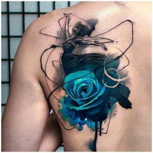 Синяя роза на спине у мужчины
