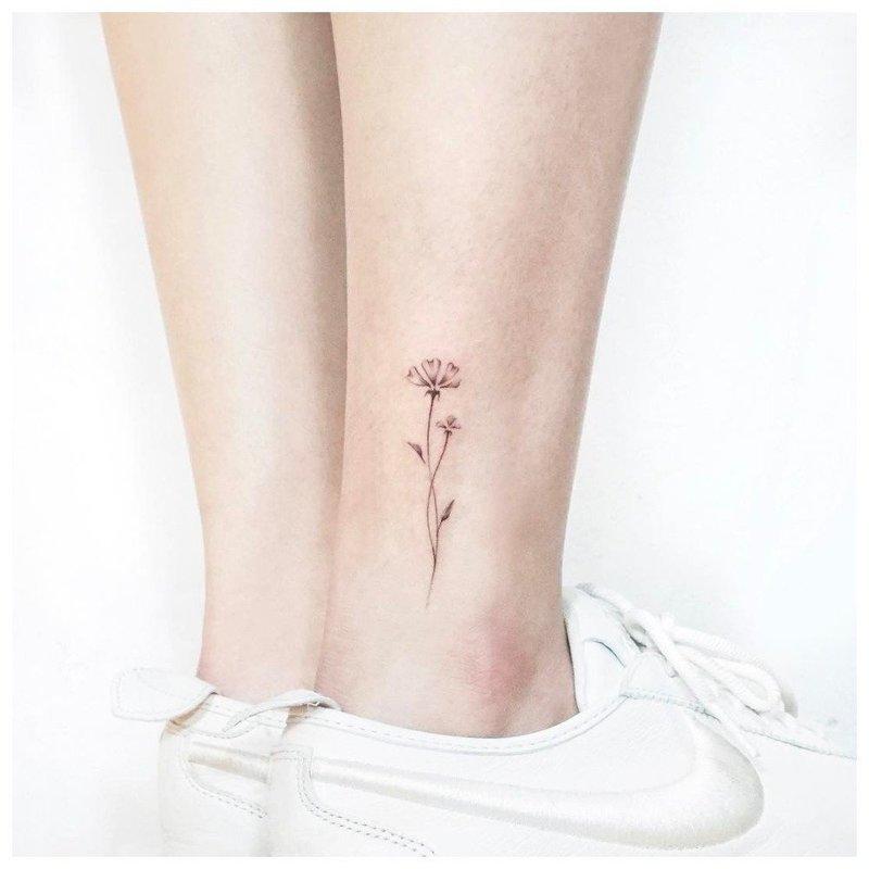 Цветок в стиле минимализм на щиколотке