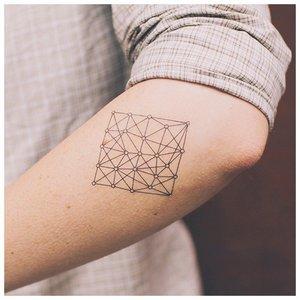 Геометрическая тату у локтя