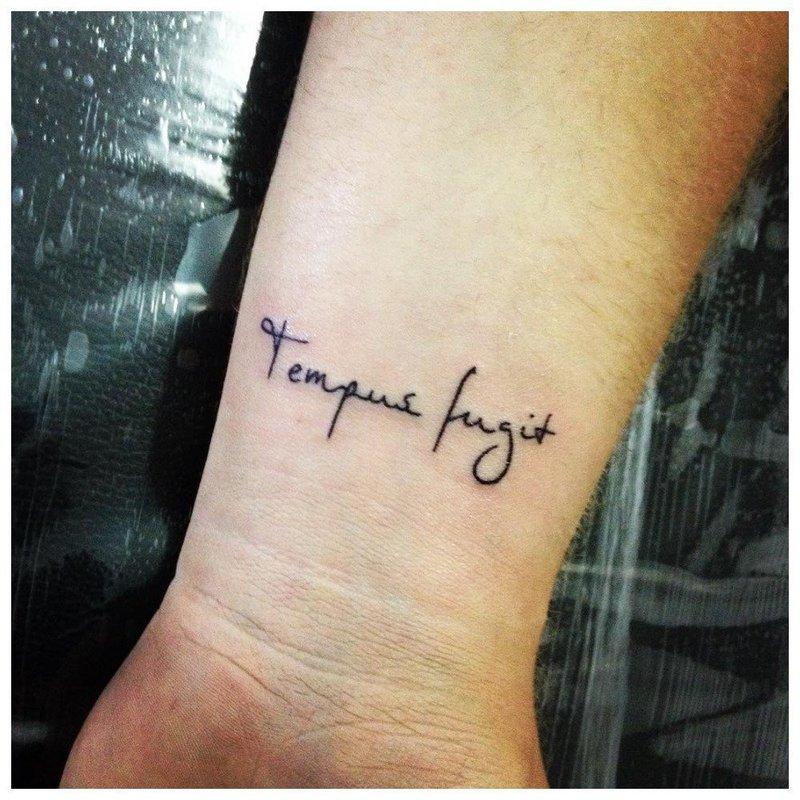 "Тату-надпись ""Tempus pugit"""