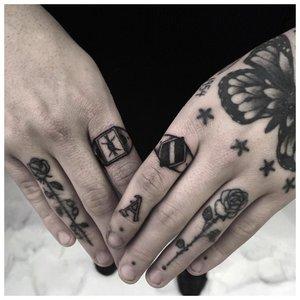 Тюремная татуировка на пальце