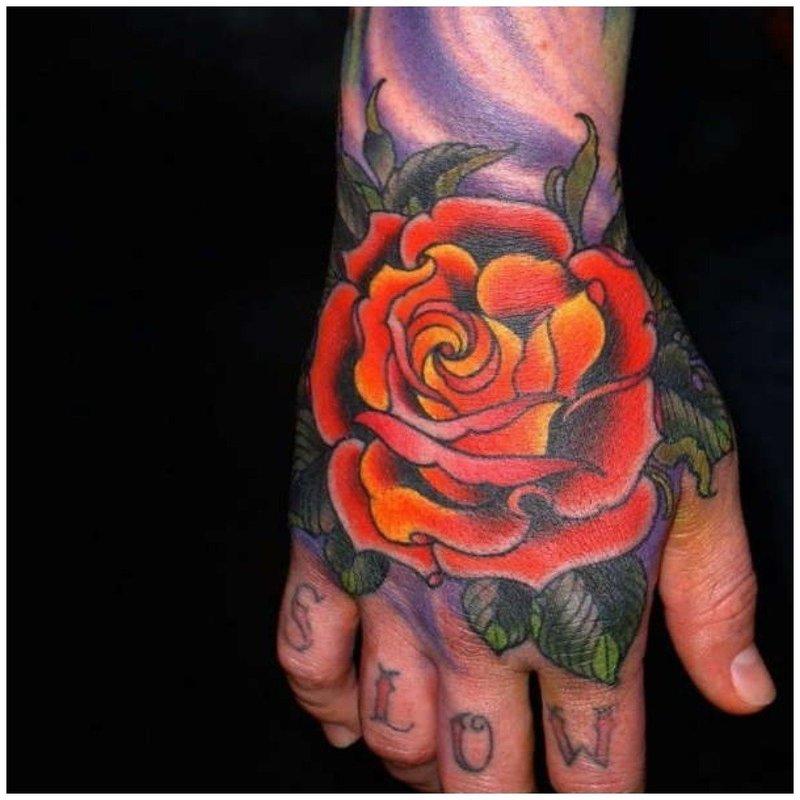 Большой тату цветок на руке у мужчины