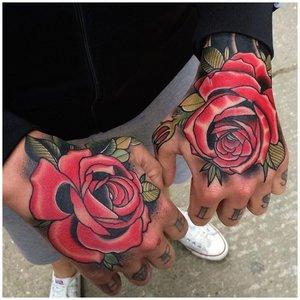 Тату роза на руках у мужчины