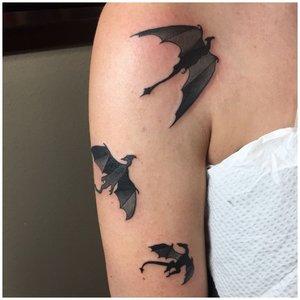 Тату летящие драконы на руке