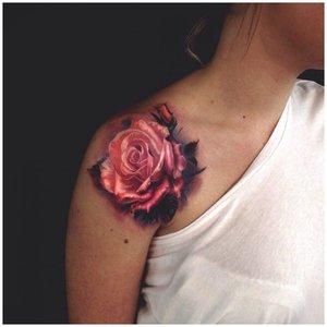 Тату роза на плече у мужчины
