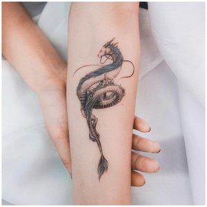 Тату дракона на руке у девушки