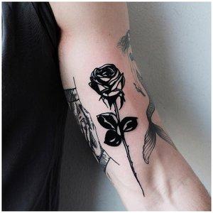 Черная роза тату на руке