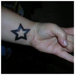 Тату на запястье со звездой