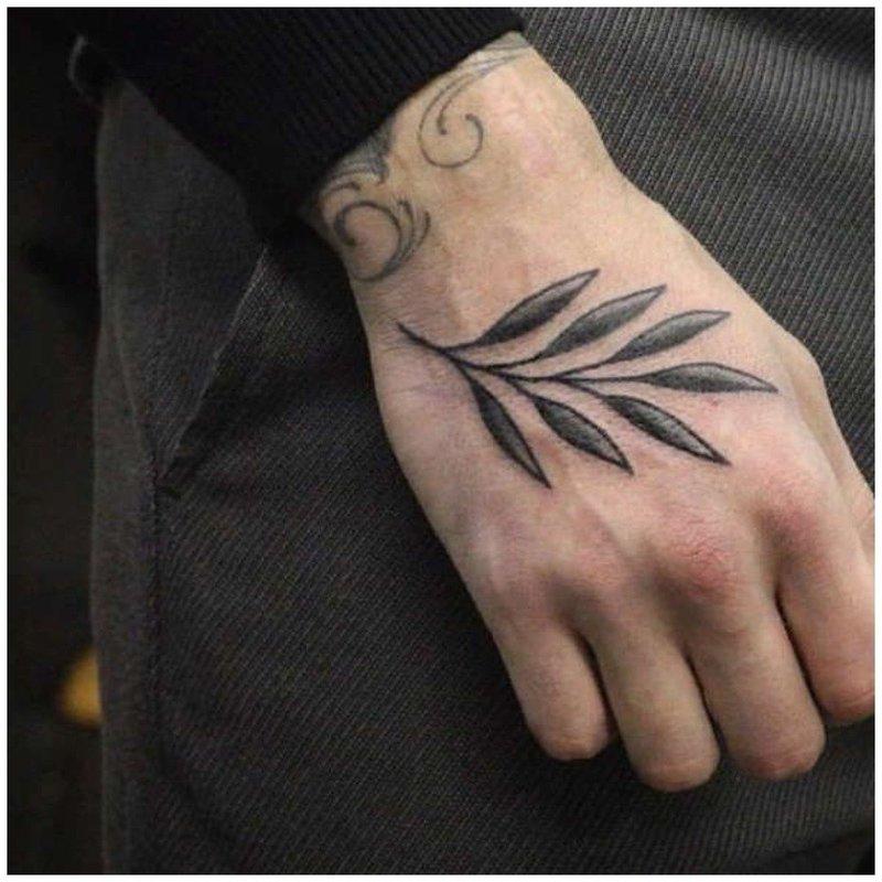 Нежная веточка тату на руке у мужчины
