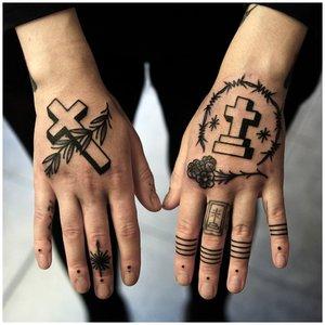 Тату иероглифы на пальцах у мужчины
