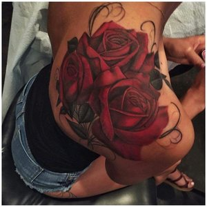 Тату 3 красных розы на плече