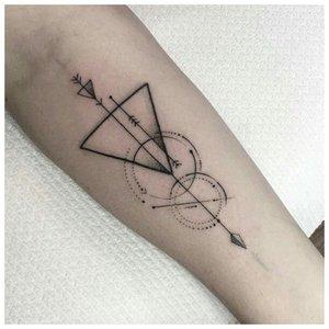 Геометрическая тату на руке
