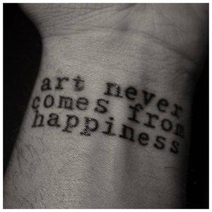 """Тату-надпись """"Искусство никогда не получается из счастья"""""""