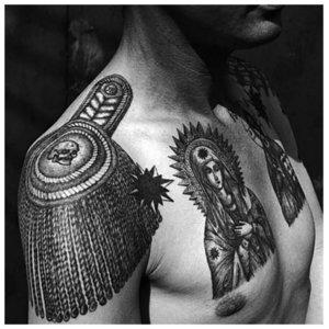 Тюремные татуировки на груди и плечах