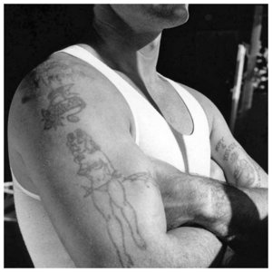 Тюремные тату-контуры на плече