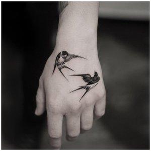 Красивое тату птиц на руке
