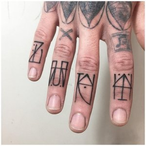 Необычные тату иероглифы на пальцах у мужчины