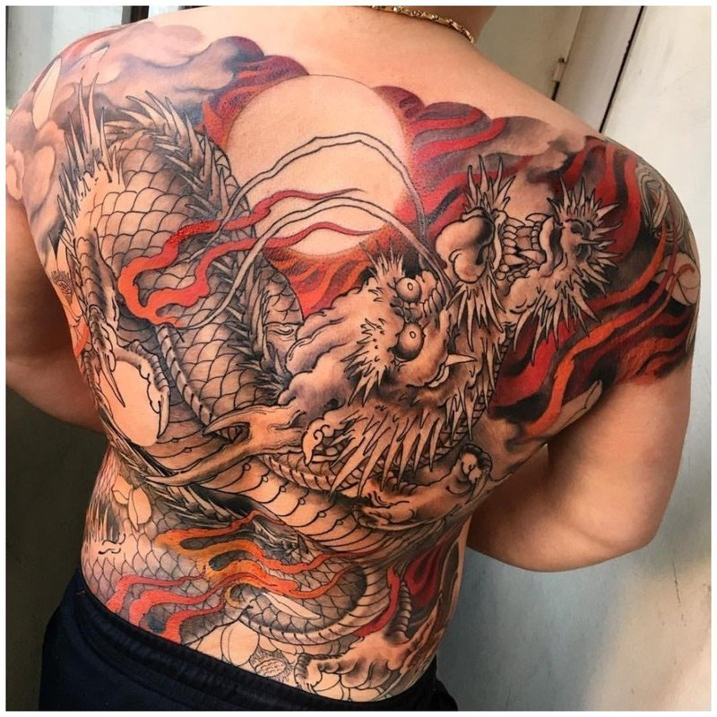 Японский дракон тату на спине у мужчины
