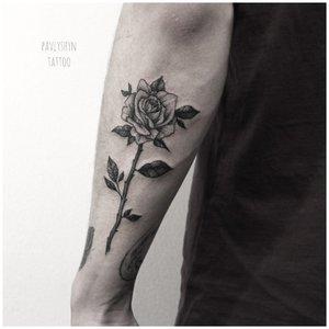 Красивая роза на руке у мужчины