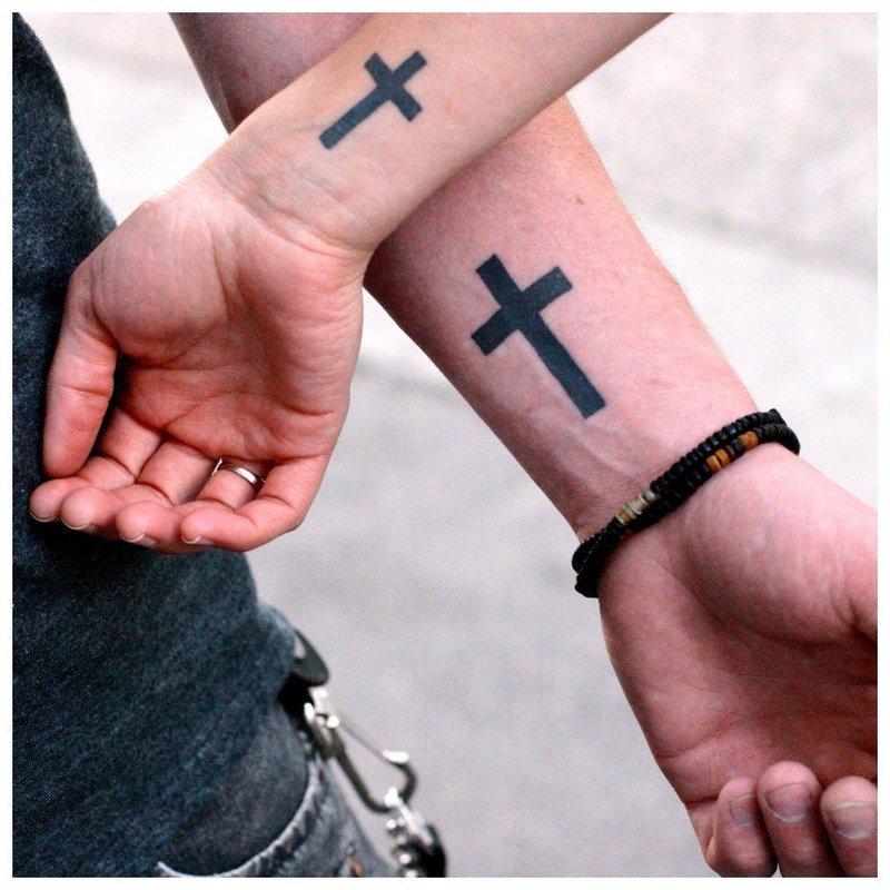 Тату на запястье с крестом
