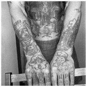 Тюремные татуировки на груди и руках