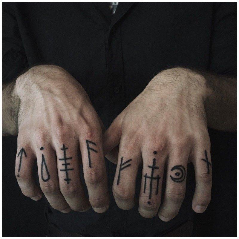 Тату иероглифы на пальцах у мужчин