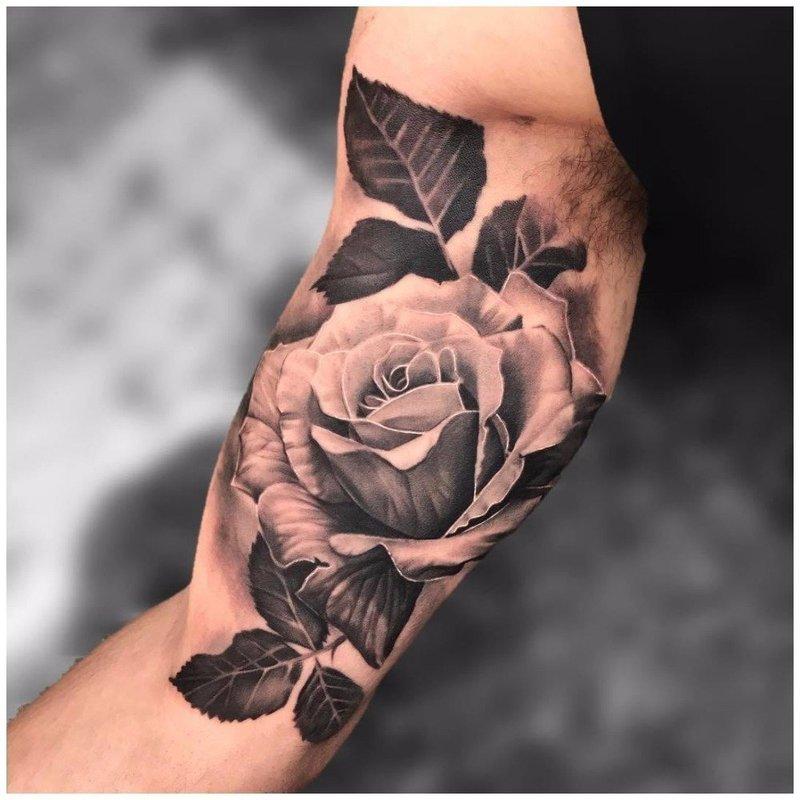 Белая роза на руке у мужчины