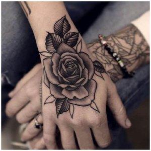 Тату роза на кисти руки