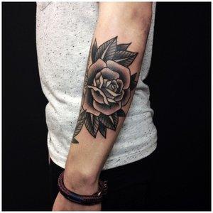 Роза на руке у мужчины