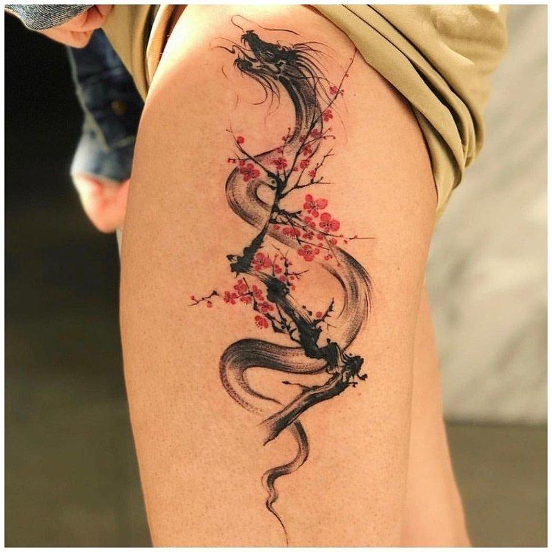 Тату дракона на ноге у девушки