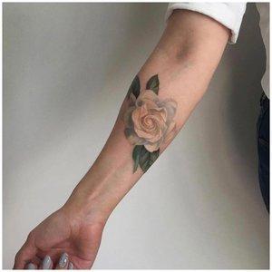 Белая роза на руке